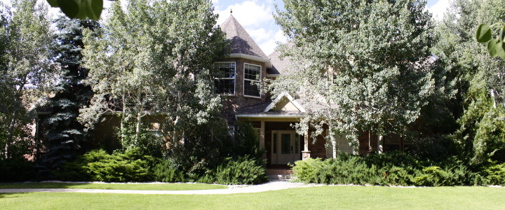 This is true country living just 20 minutes from Park City, and 50 Minutes from Salt Lake City. This home has 5 Bedrooms 3.5 baths and is built to entertain with over 5,000 SqFt, and is perfect for family reunions or corporate retreats